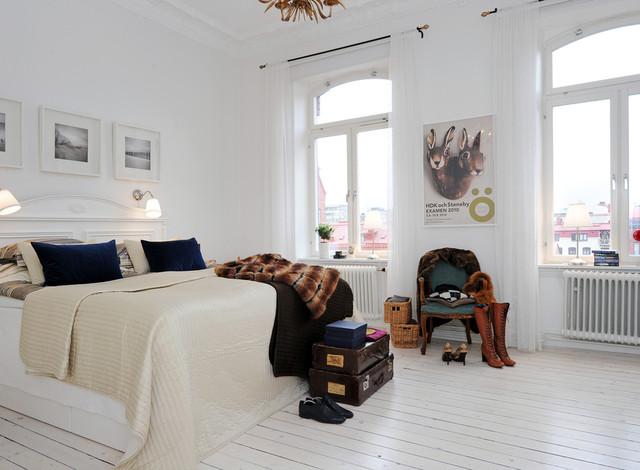 Modelo de dormitorio principal, clásico renovado, de tamaño medio, sin chimenea, con paredes blancas y suelo de madera pintada