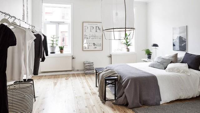 Diseño de dormitorio principal, clásico renovado, grande, con paredes blancas y suelo de madera en tonos medios
