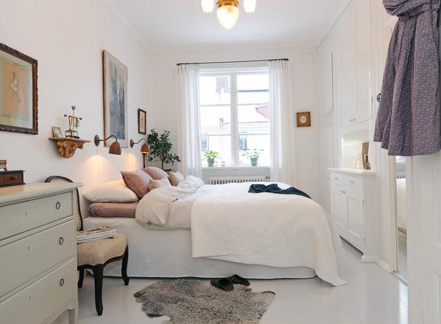 Ejemplo de dormitorio principal, clásico, de tamaño medio, con paredes blancas