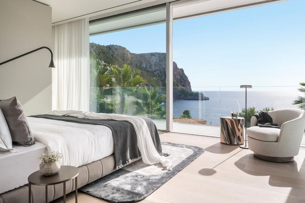 Imagen de dormitorio contemporáneo con paredes grises, suelo de madera clara y suelo beige