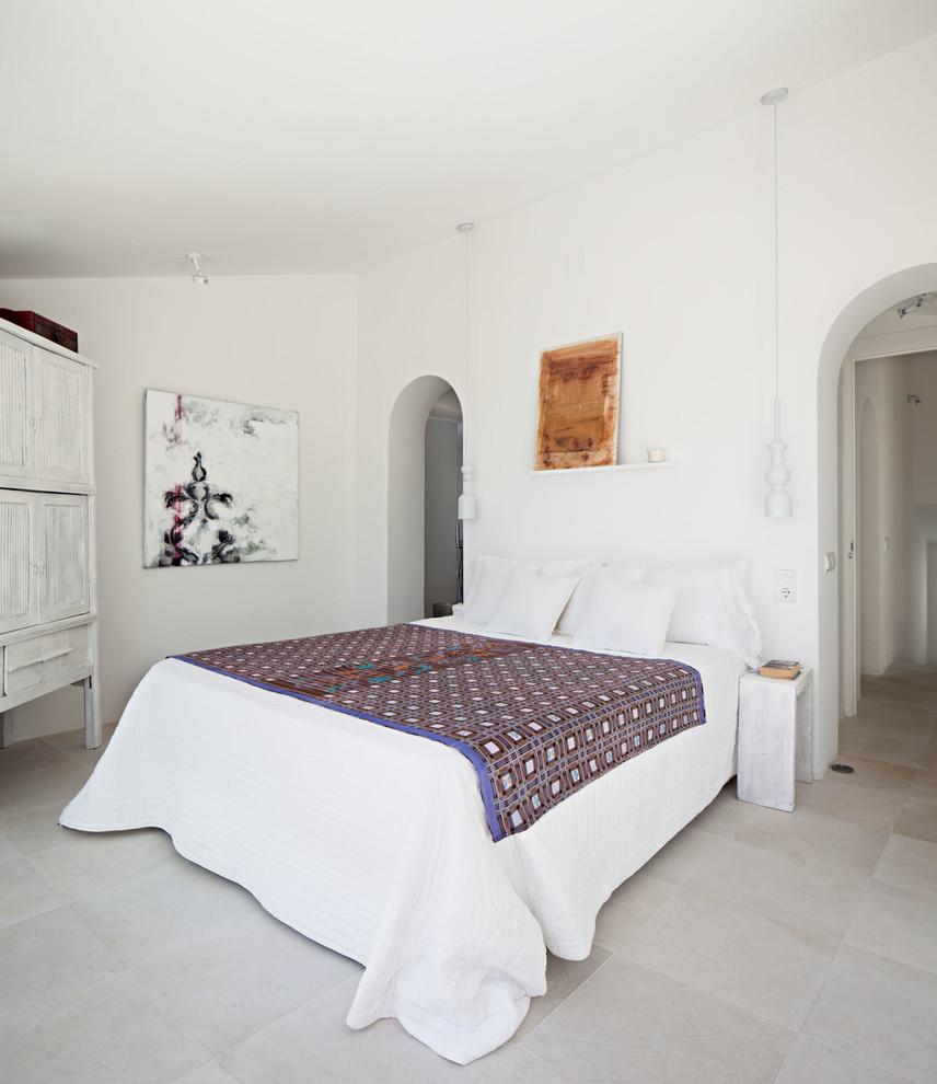 Modelo de dormitorio principal, mediterráneo, grande, sin chimenea, con paredes blancas, suelo de travertino y suelo gris