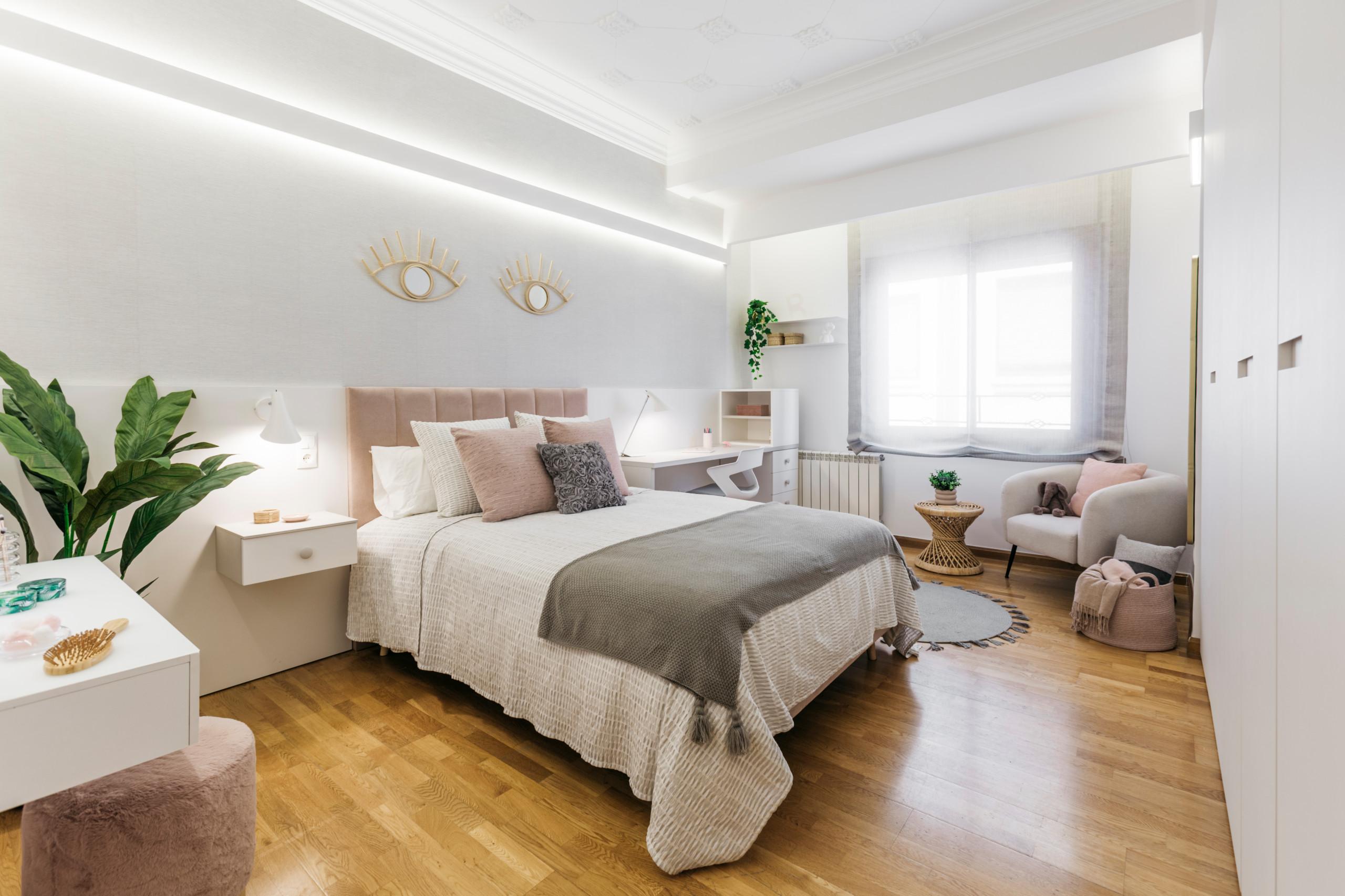 Vista general del dormitorio con iluminación indirecta