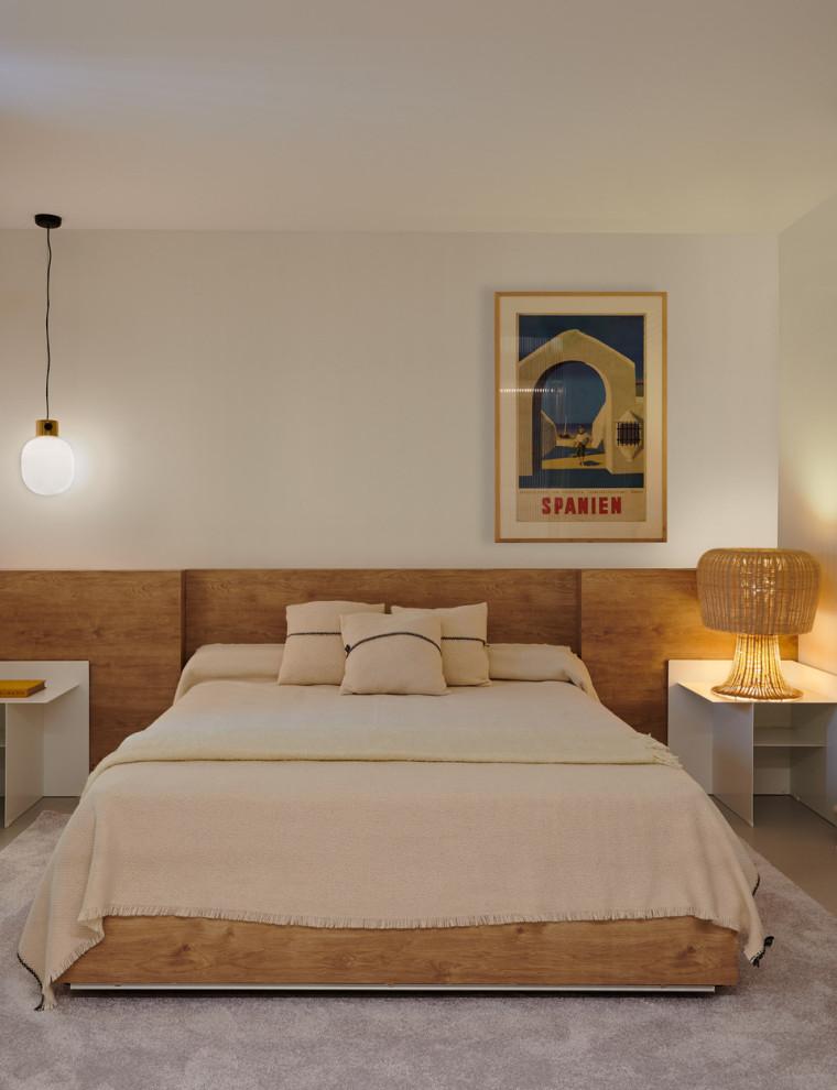 Diseño de dormitorio contemporáneo, de tamaño medio, con paredes blancas, suelo de cemento y suelo gris