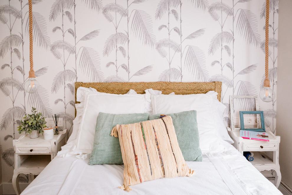 Diseño de dormitorio costero, sin chimenea, con paredes multicolor