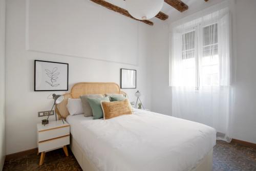 técnicas de home staging en el dormitorio con la cama blanca en el centro