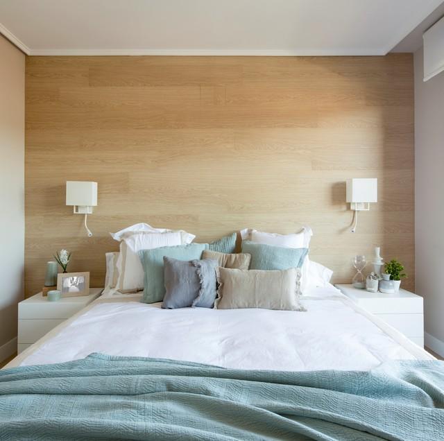 Imagen de dormitorio principal, nórdico, de tamaño medio, sin chimenea, con paredes blancas