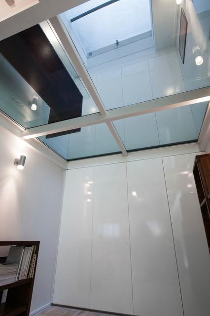 dressing align s sur deux tages s par s par un plancher de verre contemporain armoire et. Black Bedroom Furniture Sets. Home Design Ideas