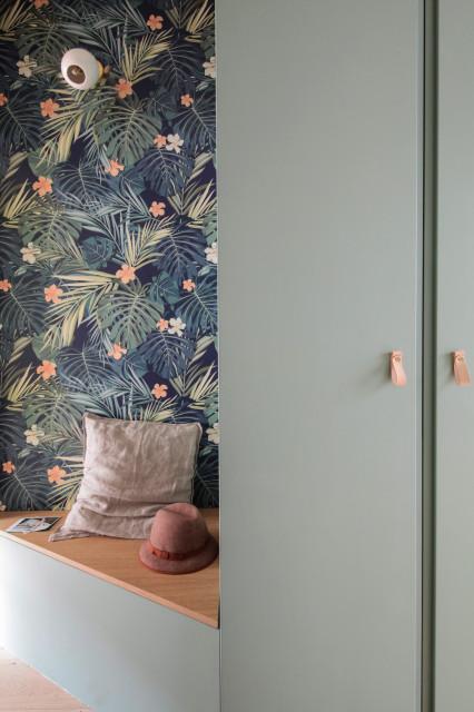 le papier peint pour embellir une alcove et une entrée : un motif fleuri qui donne une touche originale à la décoration