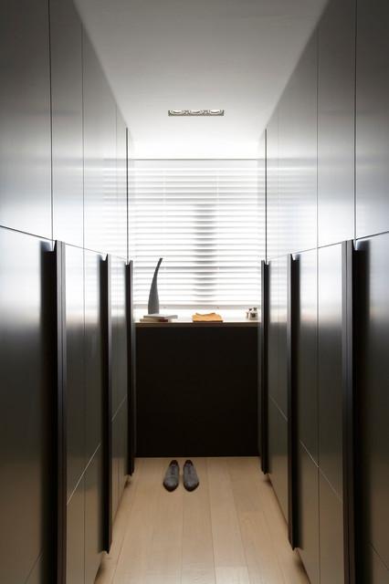h tel particulier avec jardin de 800 m2 dressing contemporain armoire et dressing paris. Black Bedroom Furniture Sets. Home Design Ideas