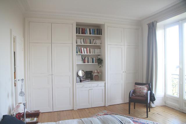 Placards sur mesure portes ouvrantes medium blanc moulures - Faire un dressing dans une chambre ...