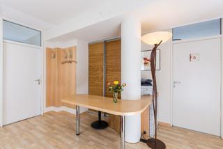 praxis empfangsbereich tisch garderobe schrank mit schiebet r modern eingang berlin. Black Bedroom Furniture Sets. Home Design Ideas