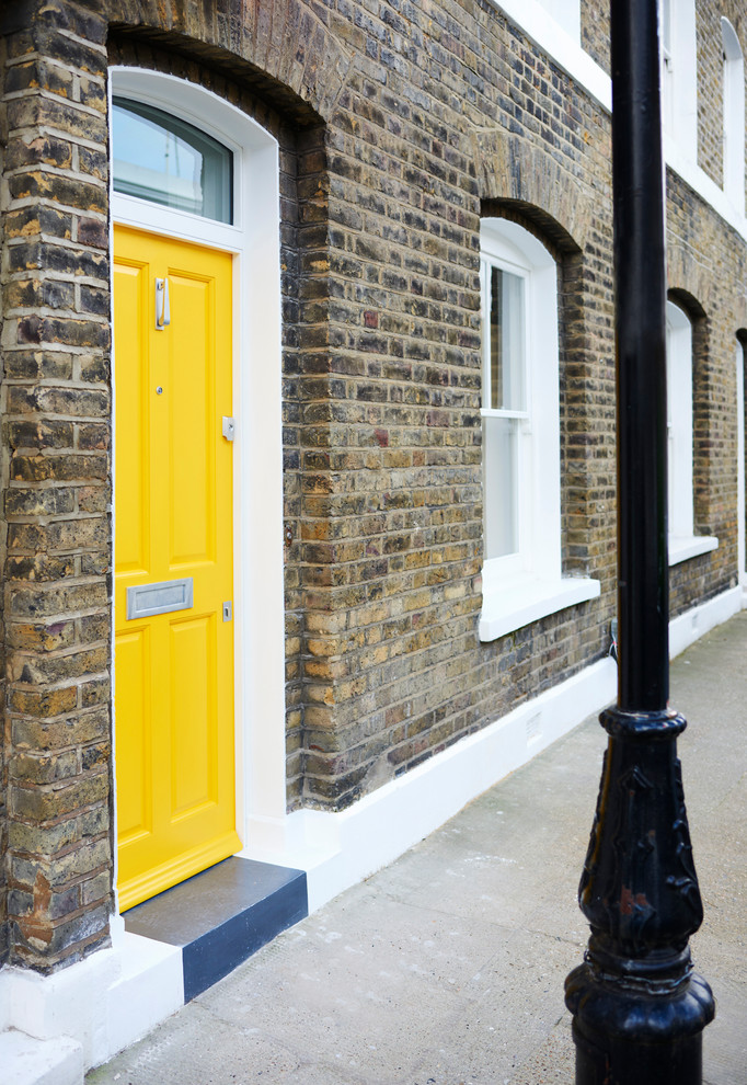 Mittelgroße Nordische Haustür mit bunten Wänden, Betonboden, Einzeltür, gelber Tür und grauem Boden in London