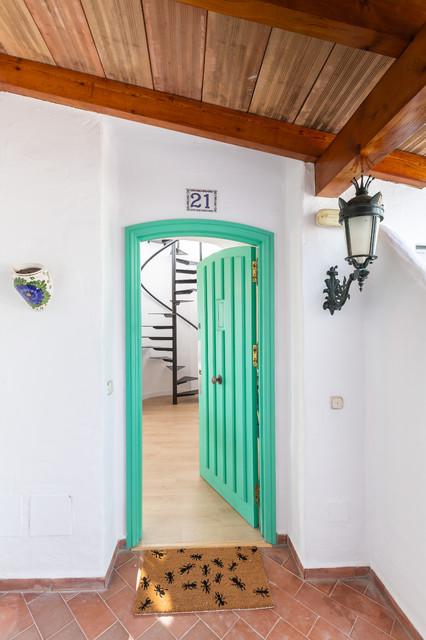 Ejemplo de entrada mediterránea, de tamaño medio, con puerta verde