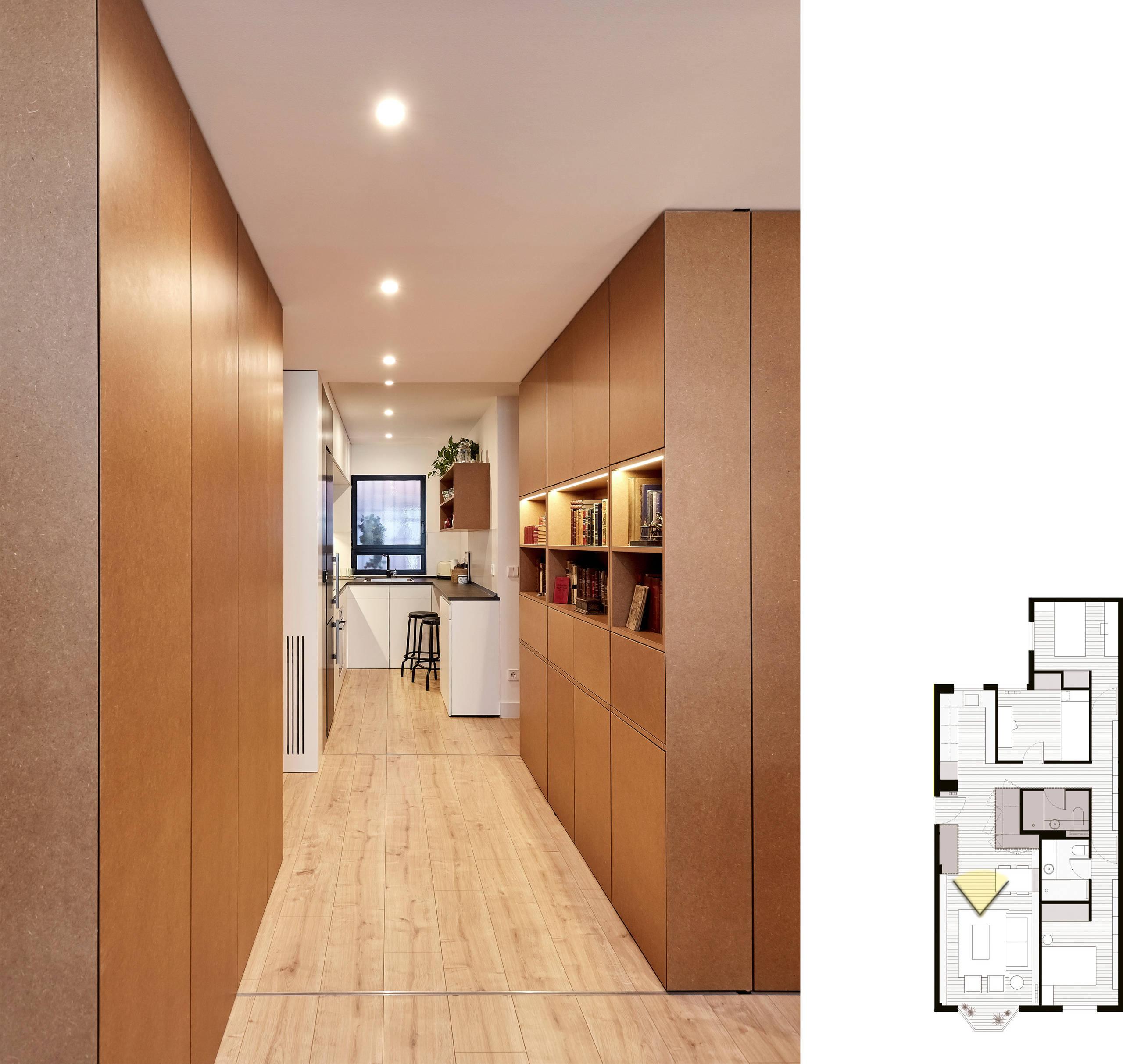 Detalle del mueble del hall y cocina al fondo.
