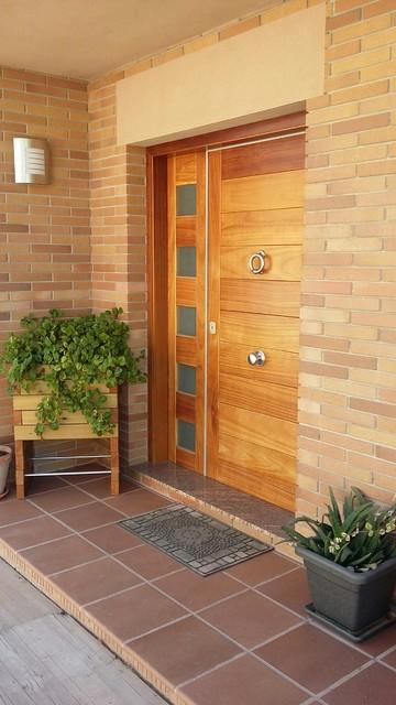 Puerta de entrada chalet barcelona casa de campo for Puertas chalet exterior