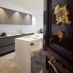 Una cocina moderna y funcional de estilo sobrio
