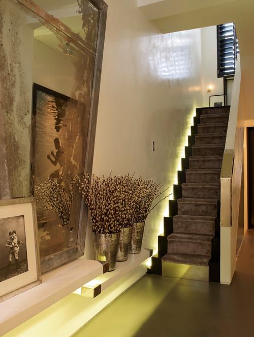 подсветка лестницы таунхауса серебро белый цвет в интерьере с черными акцентами