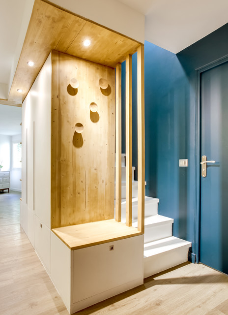 Inspiration for a mid-sized contemporary linoleum floor foyer remodel in Paris with blue walls
