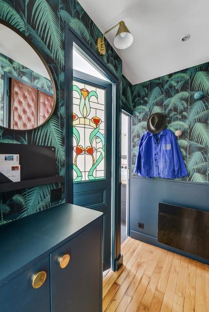 utilisation originale du papier peint en décoration : donne une ambiance exotique à l'entrée et crée un univers marqué
