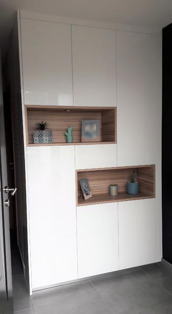 Inspiration pour un hall d'entrée nordique de taille moyenne avec un mur gris, un sol en carrelage de céramique, une porte simple, une porte métallisée et un sol gris.