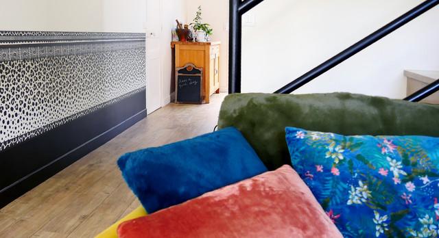 Idéer för en stor exotisk foajé, med vita väggar, laminatgolv och beiget golv