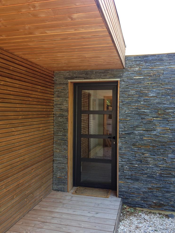 Ejemplo de puerta principal contemporánea, de tamaño medio, con paredes multicolor, suelo de madera clara, puerta simple, puerta gris y suelo beige