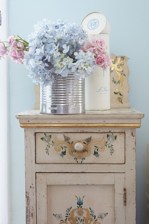 Is shabby chic still in style town country living - Oggetti country per la casa ...