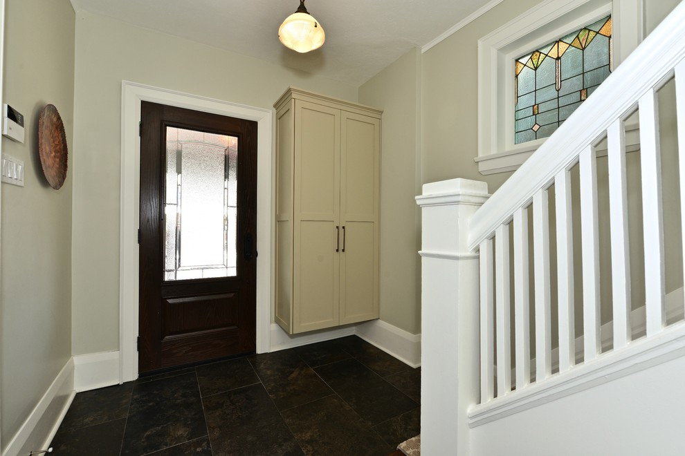 Example of a transitional entryway design in Toronto