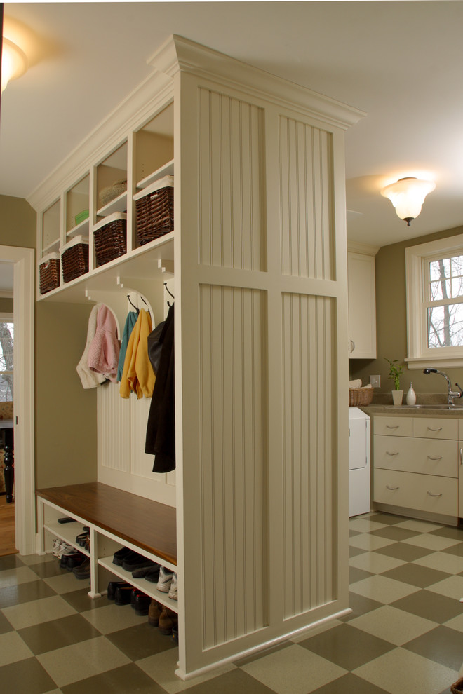 Example of a country mudroom design in Minneapolis