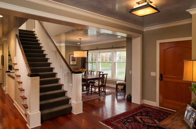 Comfortable Cottage Style traditional-entry