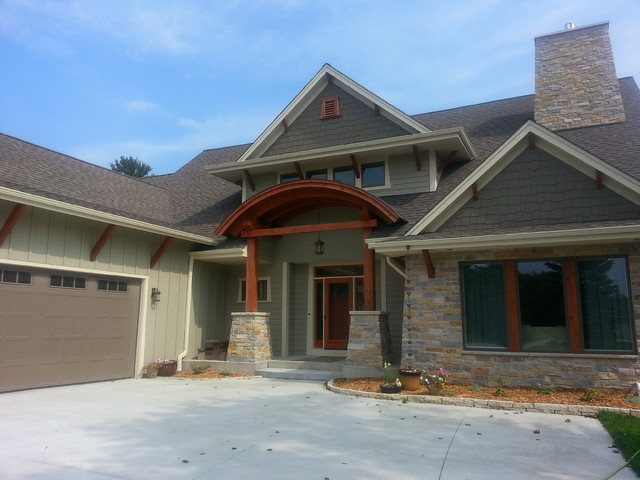 Cottage home in wisconsin craftsman-entry