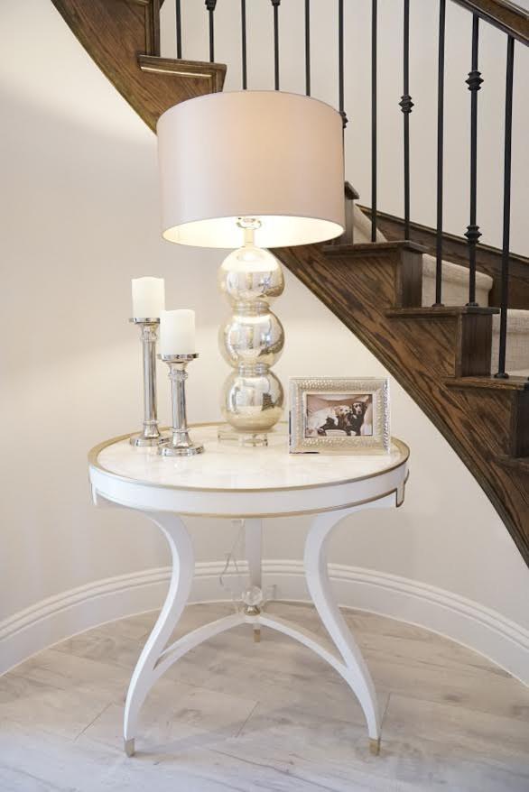 Ejemplo de distribuidor clásico renovado, de tamaño medio, con suelo de madera clara, paredes beige y suelo beige