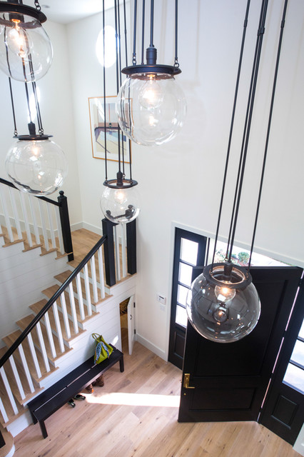 Example of a transitional entryway design in Los Angeles