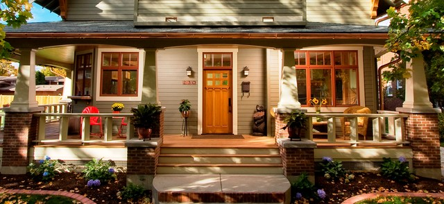 Example of an arts and crafts entryway design in Wilmington