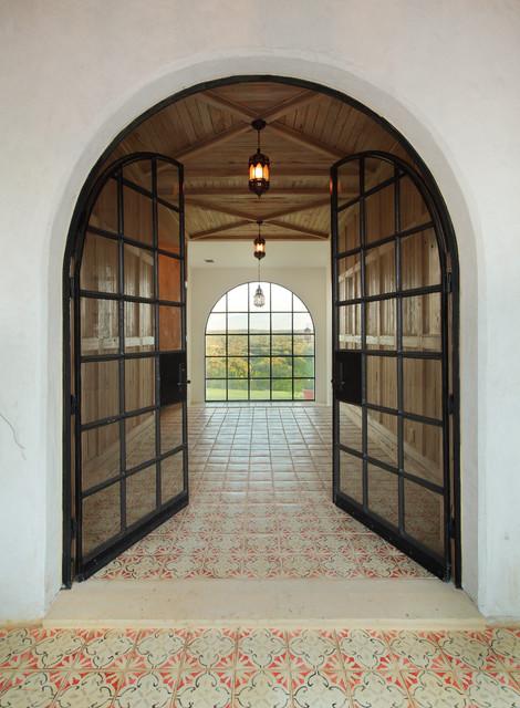 Medelhavsstil inredning av en entré, med en dubbeldörr, glasdörr och klinkergolv i keramik