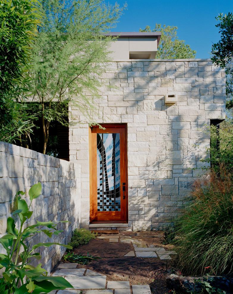 Cette image montre une porte d'entrée design avec une porte en verre.