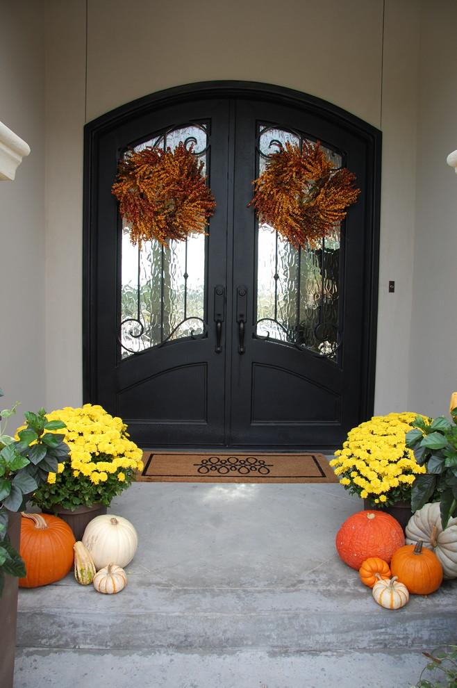 Haustür mit Doppeltür und schwarzer Tür in Sonstige