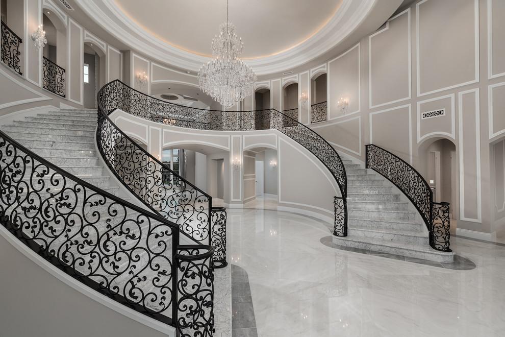 Idee per un ampio ingresso moderno con pareti bianche, pavimento in marmo, una porta a due ante, una porta nera e pavimento bianco