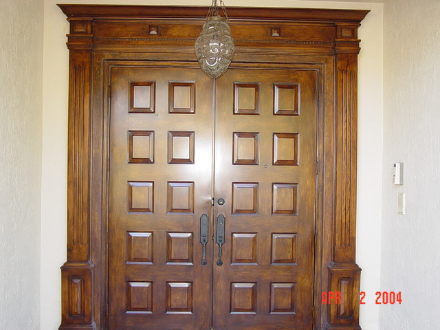 GARAGE DOORS traditional-entry