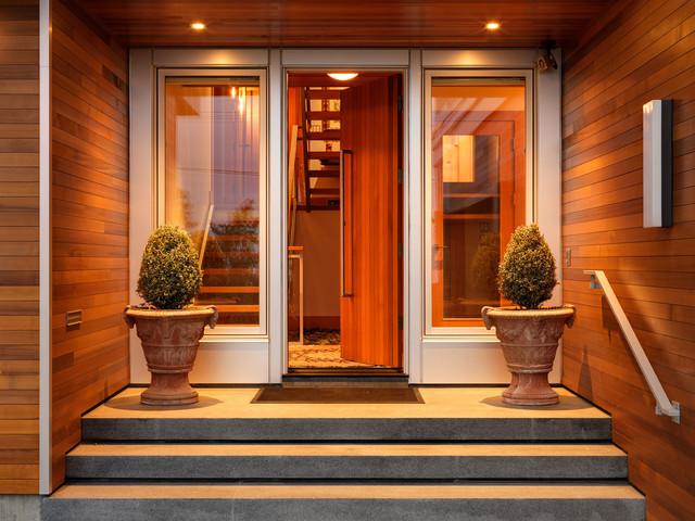 загородные дома красная стильная входная дверь проекты