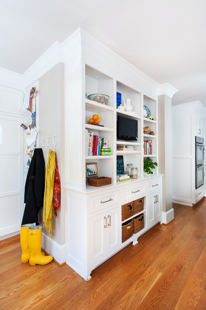Example of a transitional entryway design in Richmond