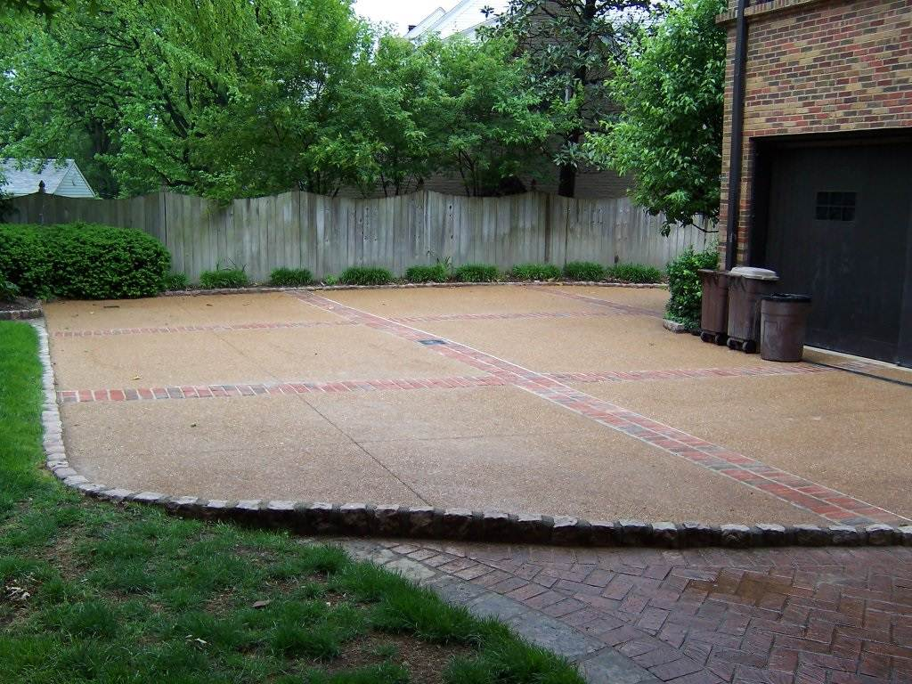 Ladue, Missouri exposed aggreate driveway with brick banding