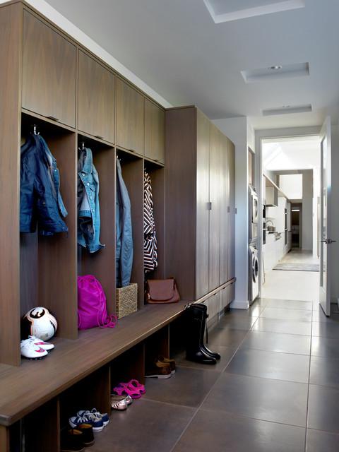 Idées déco pour une entrée contemporaine de taille moyenne avec un vestiaire, un mur blanc, un sol en carrelage de porcelaine et une porte simple.