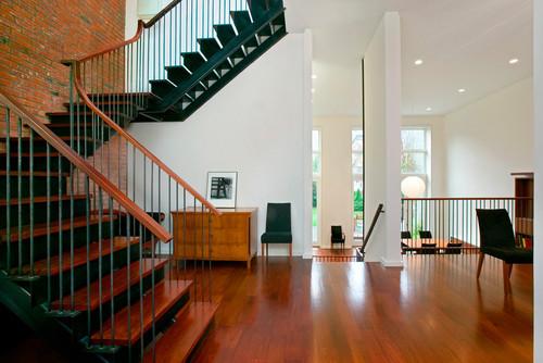 решение в лофт стиле лестничного пространства таунхауса