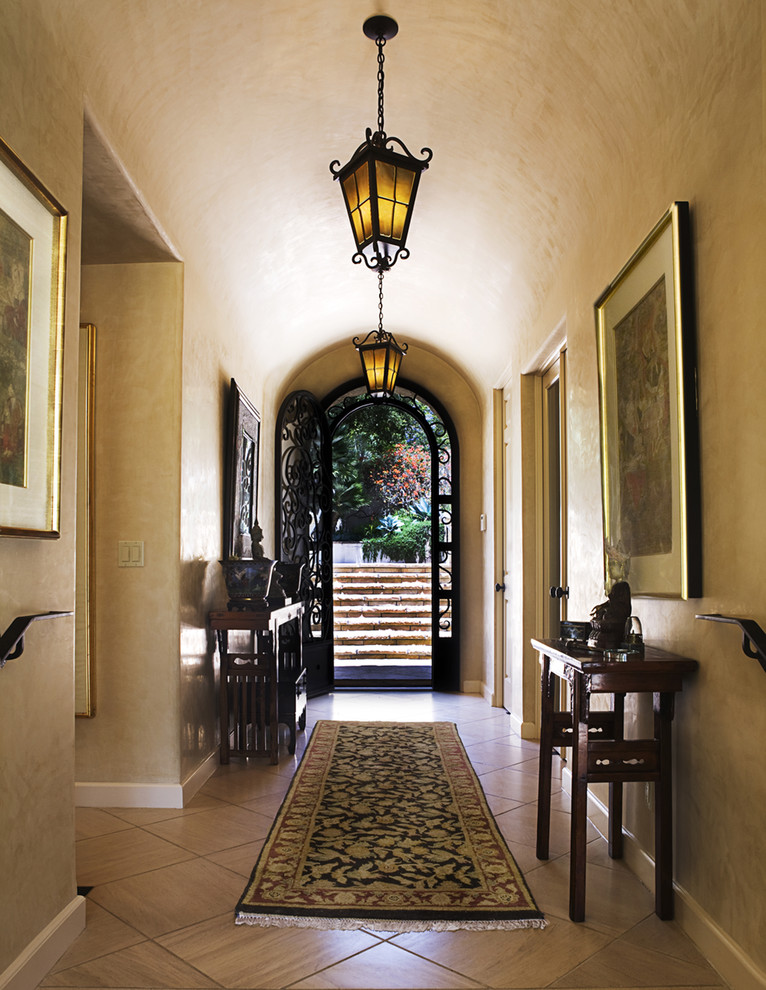 Foto de hall mediterráneo con paredes beige, puerta simple y puerta metalizada