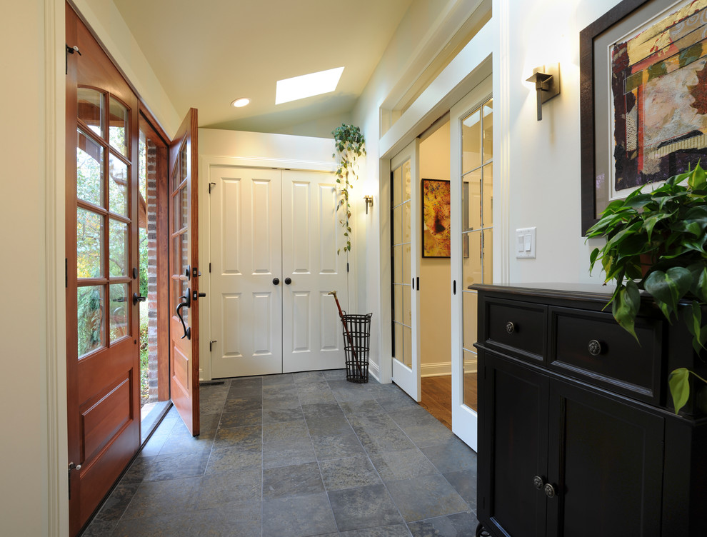 Example of a classic entryway design in Columbus