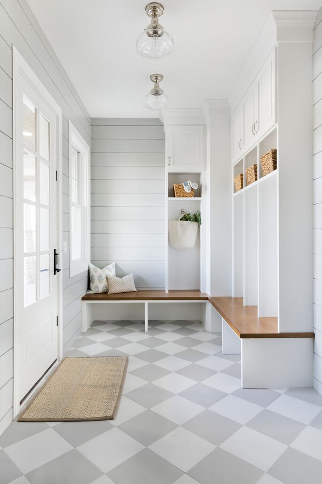 Großer Maritimer Eingang mit Stauraum, grauer Wandfarbe, Keramikboden, Einzeltür, weißer Tür und grauem Boden in Minneapolis