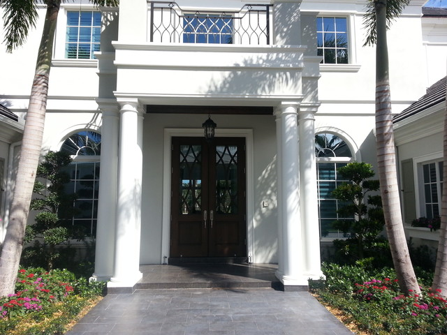 Example of a classic entryway design in Miami