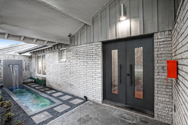 Ranch reinvented midcentury entry houston by rd for Mid century modern architects houston