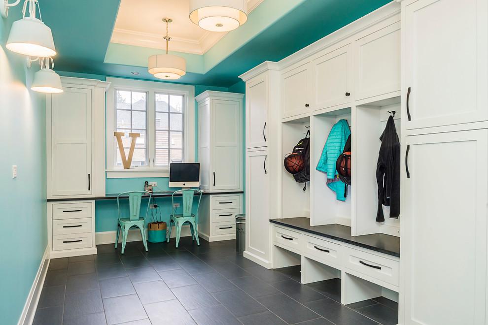 シカゴの広いトランジショナルスタイルのおしゃれなマッドルーム (青い壁、濃色無垢フローリング) の写真